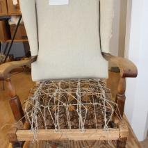 Nu ska tenen sättas fast. Next, the metal frame will be tied on the seat.http://www.nioliv.nu/wp-content/uploads/2012/11/03.-Resarhus.jpg