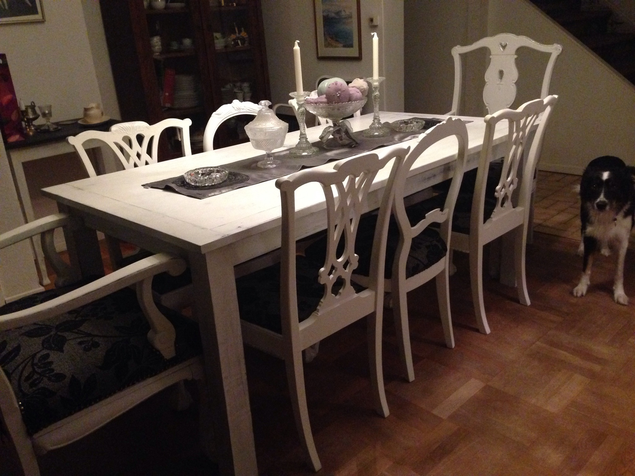 Dining table and different chairs pimpinellate upholstery for Different kitchen tables